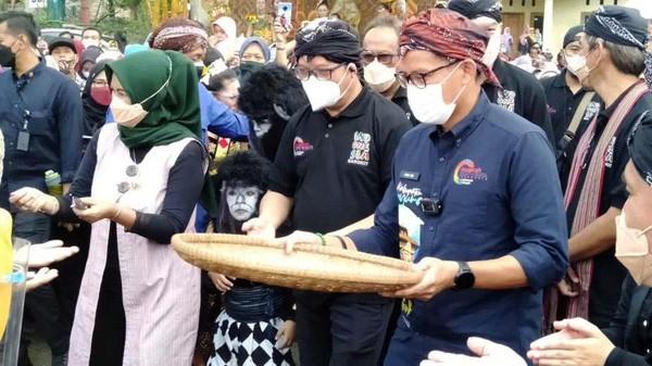 Sandiaga berkunjung dalam rangka Anugerah Desa Wisata Indonesia.