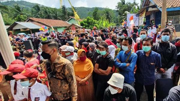 Bahkan warga yang tinggal di gunung punberbondong-bondong untuk menyambut kedatangan Sandiaga.