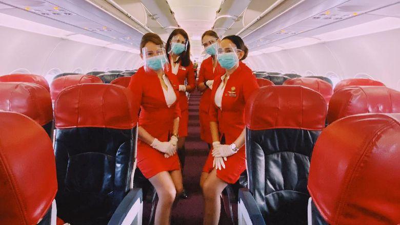 Kru pramugari AirAsia dalam penerbangan kembali ke Denpasar hari Kamis ini (14/10).