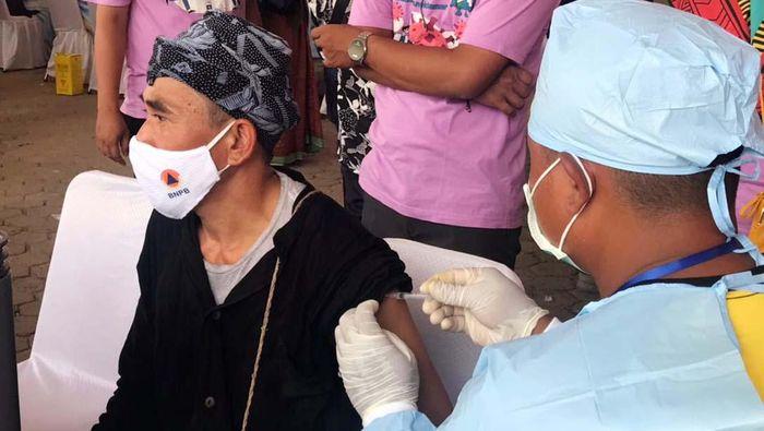 Vaksinasi COVID-19 juga menyasar masyarakat adat di Kabupaten Lebak, Banten, termasuk warga Suku Baduy. 1.000 masyarakat adat di Lebak, telah divaksin.