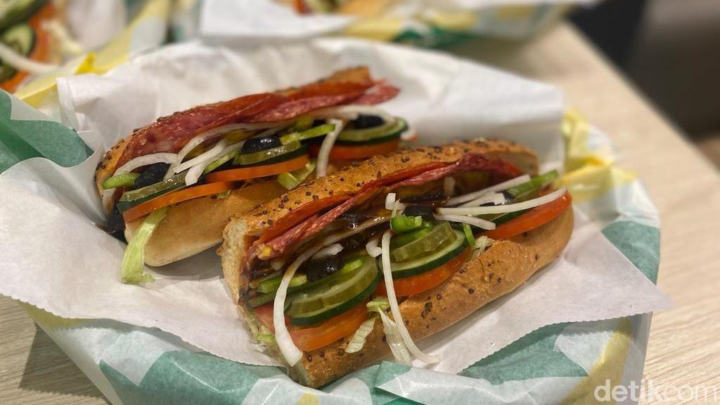 Hari Ini Subway di Indonesia Resmi Bukahingga Bule Pertama Kali Makan Roti Bakar Bandung