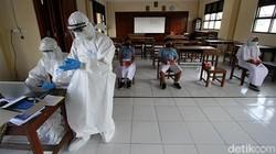 Sejumlah pelajar di Kota Solo menjalani swab PCR secara acak. Kegiatan swab PCR itu diketahui akan digelar di sejumlah sekolah hingga 21 Oktober 2021 mendatang.