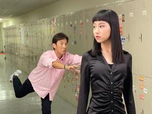 Penyanyi Cantik Ini Disebut Netizen Punya Wajah Mirip Boneka Maut Squid Game