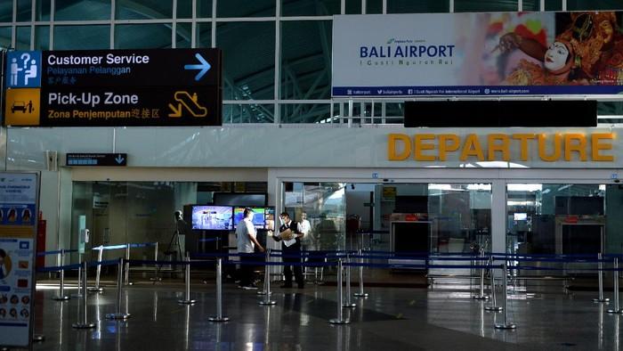 Petugas melintas di area Terminal Internasional menjelang pembukaan kembali penerbangan internasional di Bandara Internasional I Gusti Ngurah Rai, Badung, Bali, Rabu (13/10/2021). Bandara Ngurah Rai akan dibuka kembali untuk melayani penerbangan internasional pada Kamis (14/10) besok. ANTARA FOTO/Fikri Yusuf/rwa.