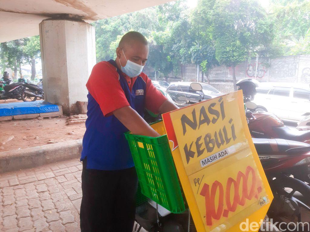 Korban PHK Giant Jualan Nasi Kebuli Rp 10 Ribuan. Lokasinya Ada di Tempat Parkir Motor Halte TransJakarta Tendean.