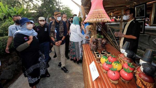 Sandiaga melihat beragam produk UMKM di Desa Wisata Sumberbulu, Kabupaten Karanganyar.