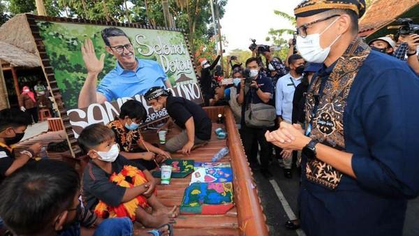 Menteri Pariwisata dan Ekonomi Kreatif Sandiaga Salahuddin Uno memesan lukisan mural bergambar 50 peserta desa wisata untuk menyambut acara Final Anugerah Desa Wisata Indonesia (ADWI).