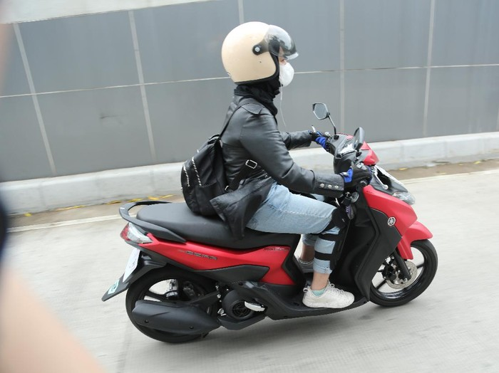 Lady bikers harus tahu cara standar tengah motor yang benar