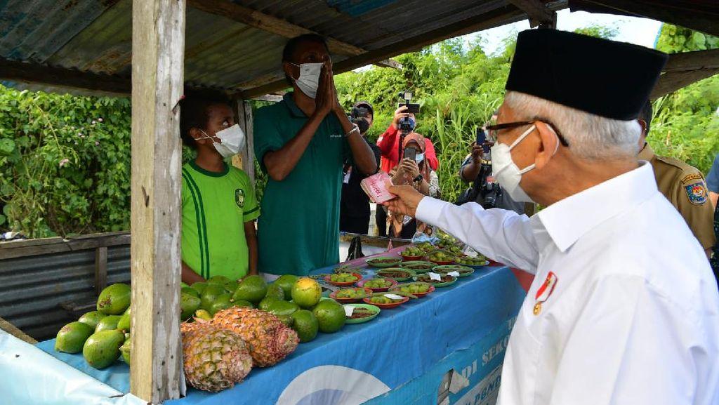Momen Maruf Amin Beri Segepok Uang Untuk Pedagang di Papua