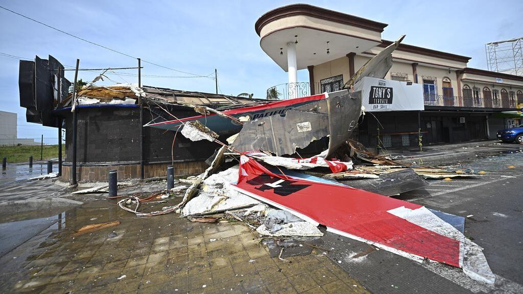 Meksiko Dihantam Badai Pamela, Plang-Telepon Umum Ambruk