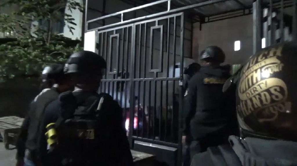 Momen Pelaku Tawuran Diciduk Polisi Saat Ngumpet di Rumah Warga