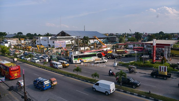 Papan penanda Bahan Bakar Minyak (BBM) solar habis terpasang di SPBU yang tutup, kawasan Medan Amplas, Kota Medan, Sumatera Utara, Rabu (13/10/2021). Tutupnya SPBU tersebut diduga karena keterlambatan penyaluran bahan bakar minyak (BBM) khususnya di wilayah Medan dan Deliserdang beberapa pekan terakhir. ANTARA FOTO/FRANSISCO CAROLIO/rwa.