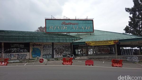 Sejarahnya, rumah makan yang berada di ketinggian 1.443 meter di atas permukaan laut, dan berlokasi di perbatasan Cianjur-Bogor ini dibangun Letjen Ibrahim Adjie pada 1979. Setahun kemudian, Rindu Alam pun resmi dibuka. (Ismet Selamet/detikcom)