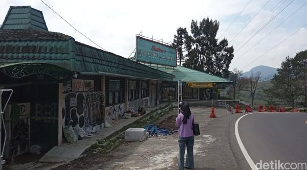 Empat dekade buka dan mengalami masa kejayaannya, Rumah Makan Rindu Alat di Kawasan Puncak Bogor akhirnya ditutup karena habisnya izin pada 2020 lalu.(Ismet Selamet/detikcom)