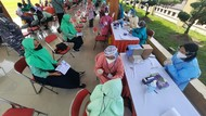 Ikut Vaksinasi di Blitar Raya, Warga Antusias Bawa Pulang 10 Butir Telur