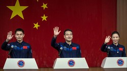 3 Astronaut China Siap Tinggal 6 Bulan di Luar Angkasa