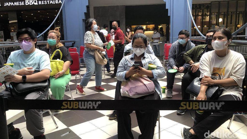 Ambil Risiko Berkerumun Demi Roti Isi Subway, Nggak Takut Varian Delta?