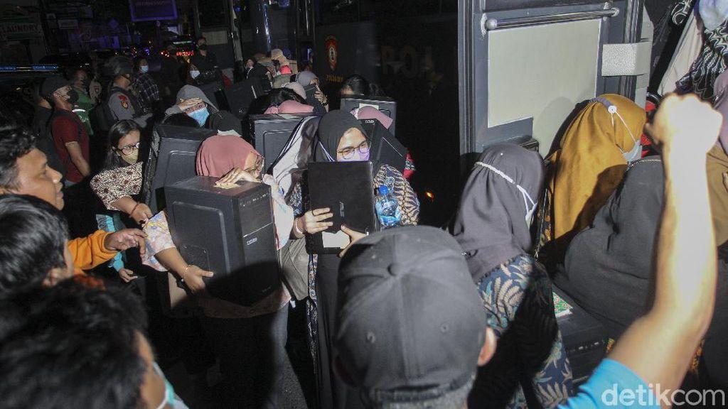 Begini Detik-detik Polisi Gerebek Kantor Pinjol Ilegal di Sleman
