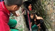 Nekat, Anak-anak Cari Ikan di Selokan Penuh Kabel Optik