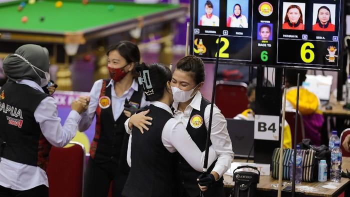 Tim DKI Jakarta(Fathrah Masum dan Desi A) serta Tim Papua (Silviana dan Fatih) seusai babak final 9 Ball Double Putri berakhir dengan skor 2-6 dengan kemenangan untuk DKI Jakarta di GOR Billiard SP-5 Mimika, Kamis(13/10/2021)(Foto : PB PON XX Papua 2021 / Aripin)