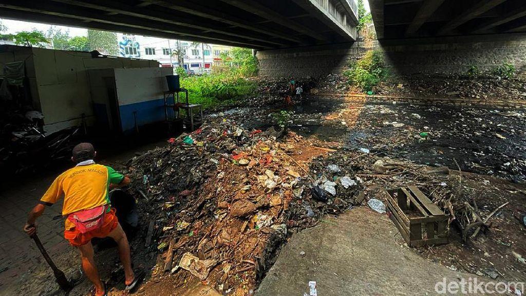 Sampah Menumpuk di Sungai Kolong Tol JORR Jati Warna Dibersihkan