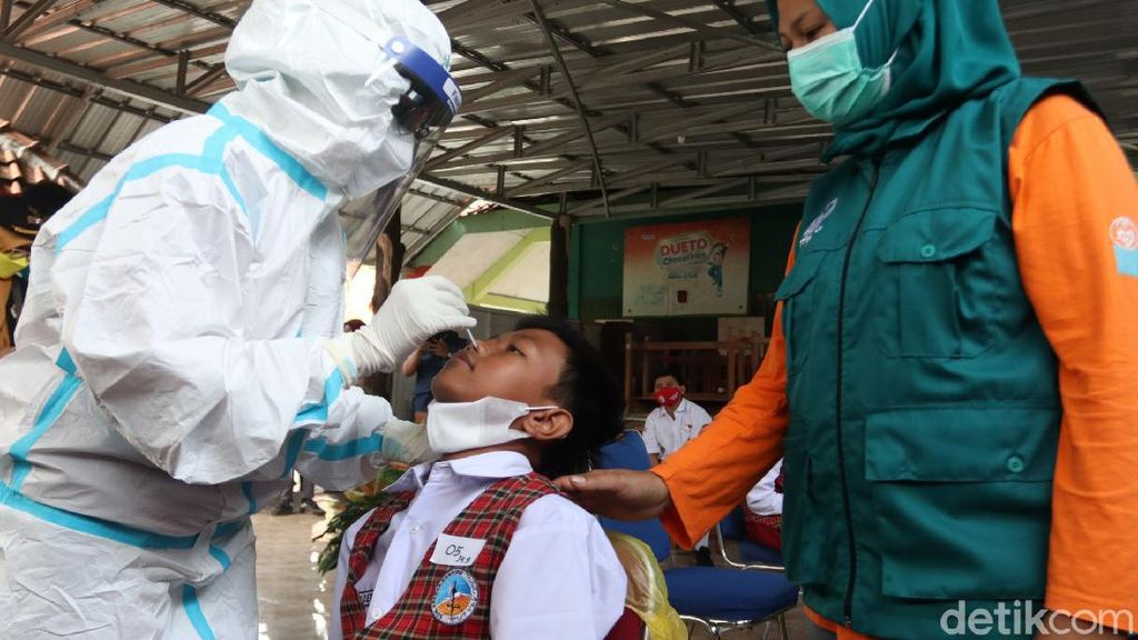 Antisipasi Klaster COVID-19, Pelajar di Bandung Mulai Jalani Tes PCR