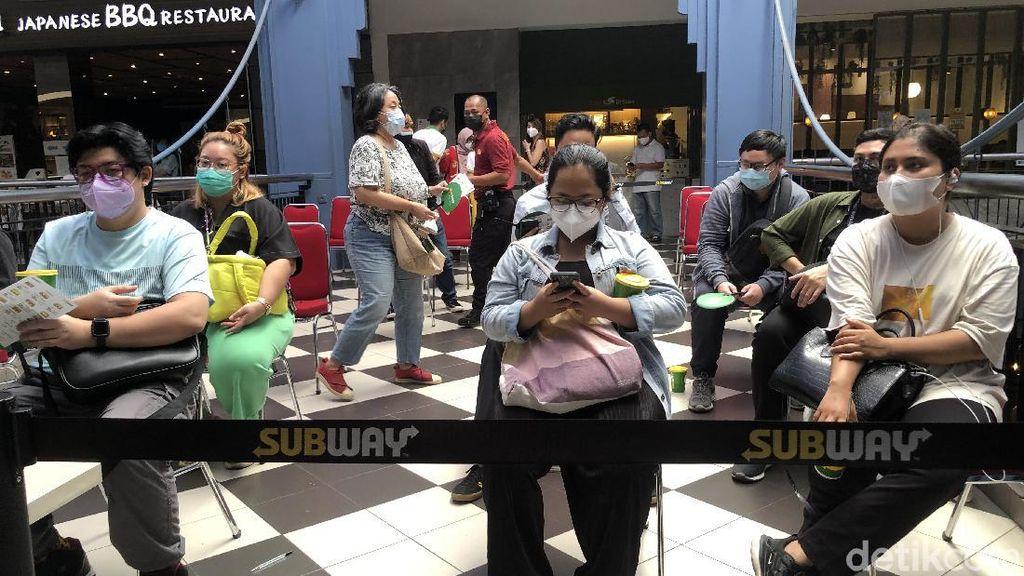 Mati-matian Petugas Ingatkan Pengunjung Subway Soal Prokes-Tak Berkerumun