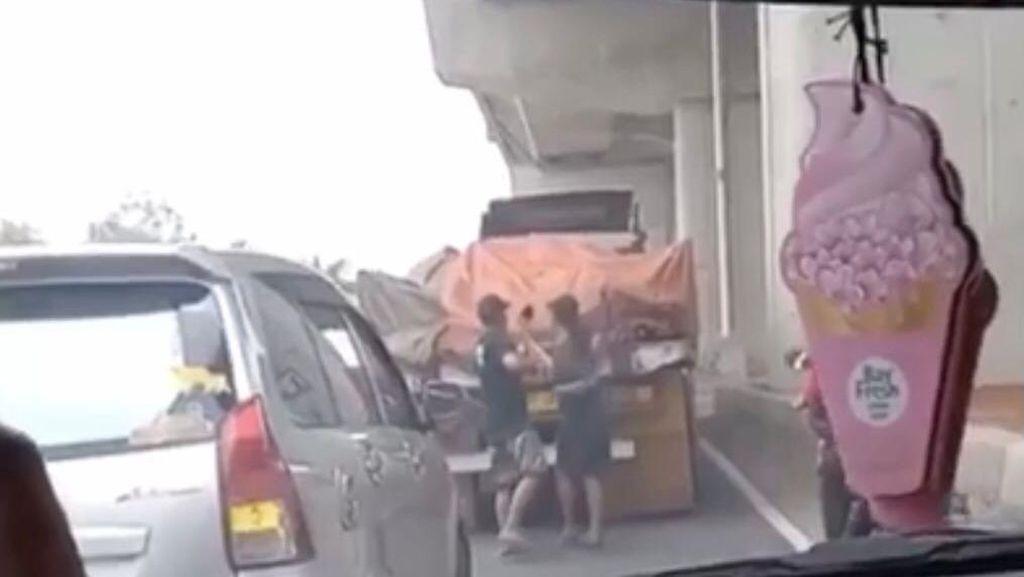 Polisi Selidiki Viral Bajing Loncat Curi Besi dari Truk di Cakung