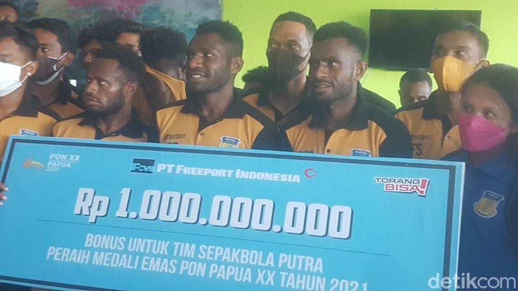 Freeport Serahkan Bonus Rp 1 Miliar ke Tim Sepakbola Papua Juara PON