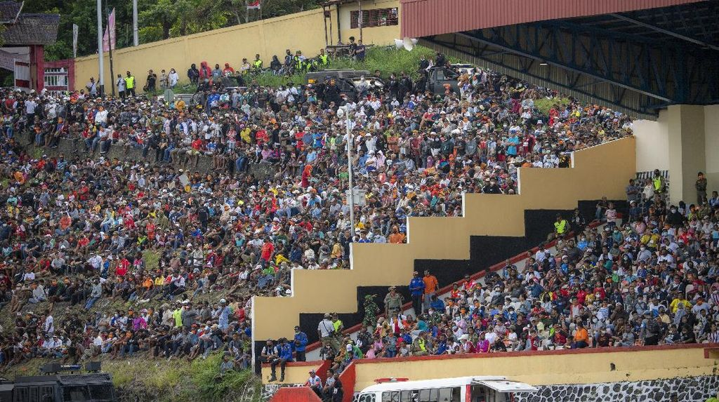 Bye-bye Prokes! Tumpah Ruah Penonton Final Sepakbola PON Papua