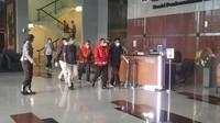 Penampakan Bupati Muba Dodi Alex Noerdin Diborgol-Berompi Tahanan KPK