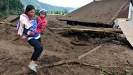 Rumah dan Mobil Tertimbun Longsor Akibat Gempa di Bali