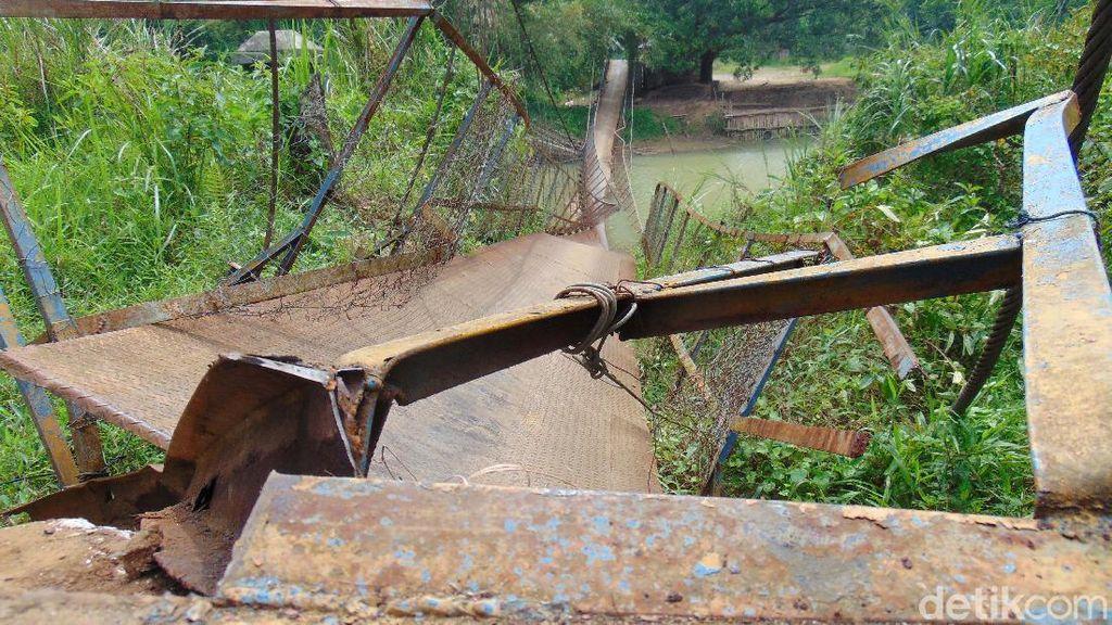 Bahaya! Jembatan Gantung di Pandeglang Ambruk