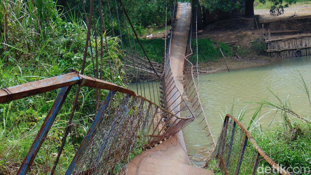 Penampakan Jembatan Gantung yang Ambruk di Pandeglang Ditutup Warga