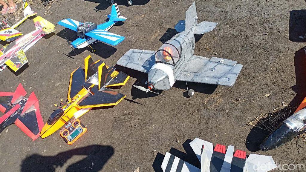 Keren! Pesawat Styrofoam Beterbangan di Langit Probolinggo