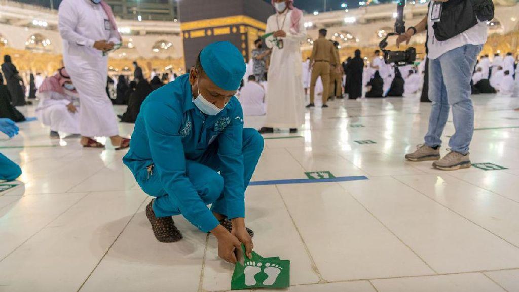 Momen Saat Petugas Cabut Stiker Jaga Jarak di Masjidil Haram