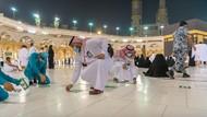 Masjidil Haram Kembali Berkapasitas Penuh, Stiker Jaga Jarak Dicabut