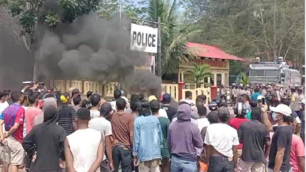 Warga Demo di Polres Halmahera Tengah Buntut Wanita Diperkosa 4 Pria