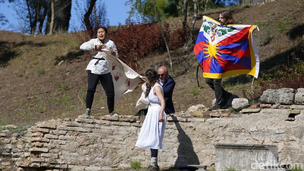 Bendera Tibet Berkibar Saat Prosesi Api Olimpiade Beijing 2022 di Yunani