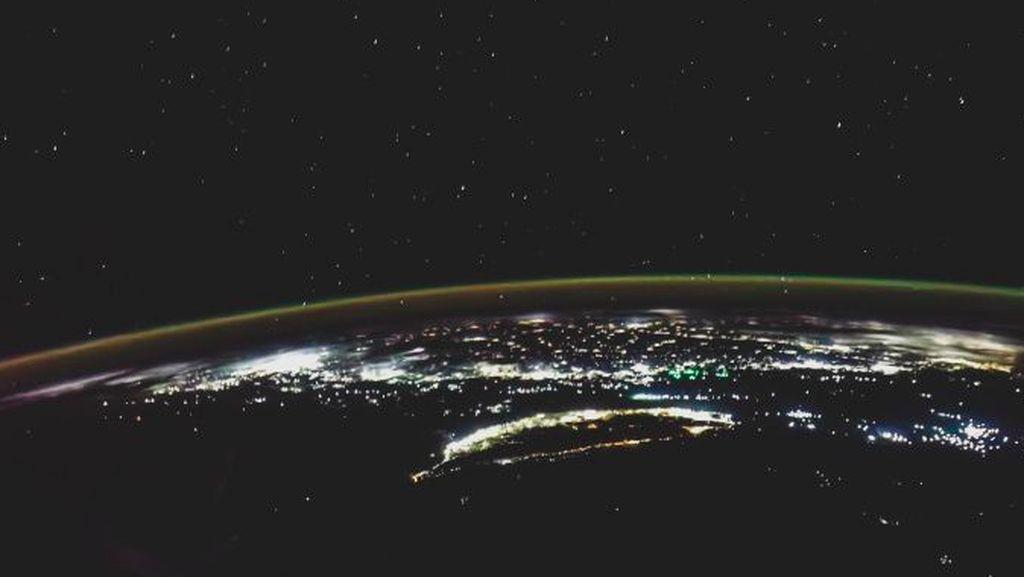 Foto Bumi Menakjubkan Dijepret Smartphone dari Antariksa
