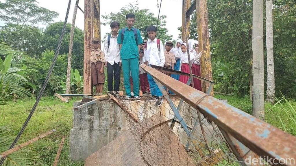 Jembatan Gantung Pandeglang Ambruk, Pelajar Batal Berangkat ke Sekolah
