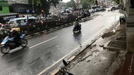 Hujan Seharian, Tanggul Karung-Kayu Hek Kramat Jati Menahan Luapan Kali