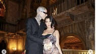 8 Foto Kourtney Kardashian dan Travis Barker, Pasangan Hobi PDA Kini Tunangan