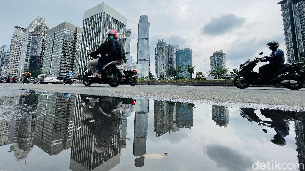 Saat Awan Mendung Menyelimuti Langit Jakarta
