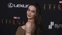 6 Gaya Unik Angelina Jolie di Premier Eternals, Hiasan Dagu Curi Atensi
