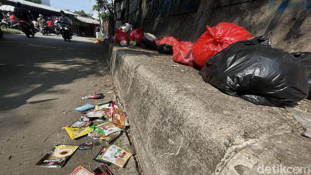Buang Sampah Sembarangan Bikin Jorok Kolong Tol Cijago