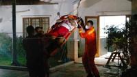 Damkar Evakuasi Warga Jaksel yang Sakit, Langsung Diantar ke RS