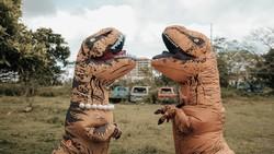 7 Potret Prewedding Kocak yang Viral, Pengantin Pakai Kostum T-Rex