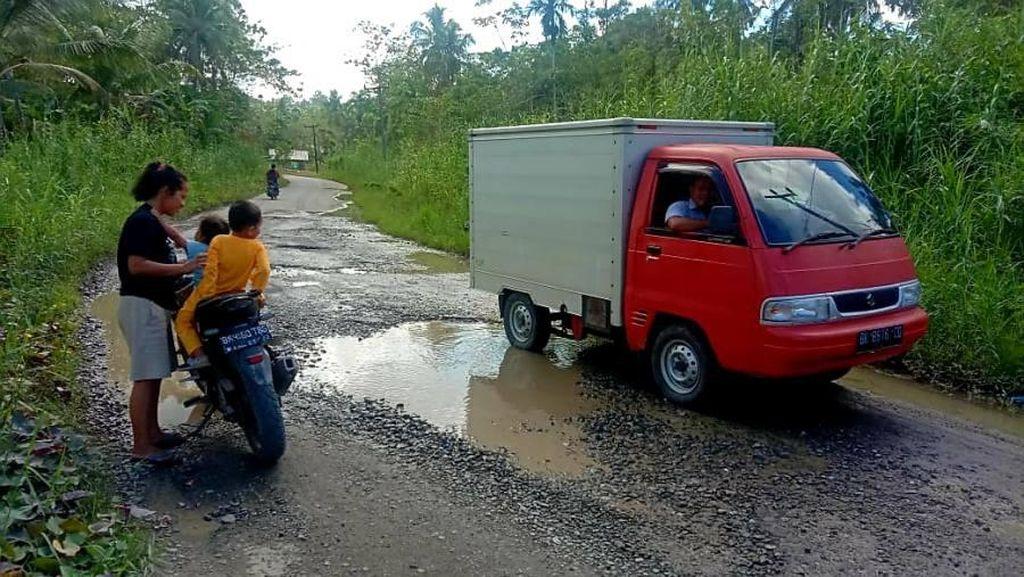 Kunjungi Pulau Nias, Ketua DPRD Sumut Soroti Jalan Provinsi Rusak Parah