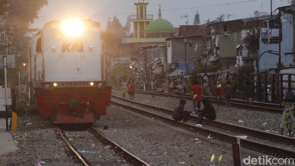 Cerita Warga Memadu Kasih-Bermain di Atas Jalur Ular Besi Bandung